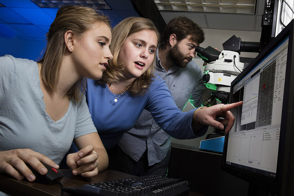 The Iverson Lab, led by Nicole Iverson (center), assistant professor of biological systems engineering, has earned a $1.77 million grant from the Department of Health and Human Services to make nitric oxide sensors easy to use and to utilize them to study both healthy and diseased cells. (University Communication photo)