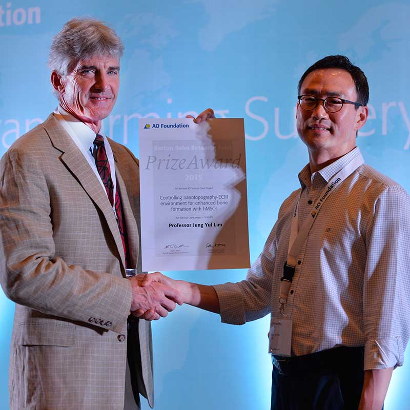 Jung Yul Lim (right), associate professor of mechanical and materials engineering, was awarded the Berton Rahn Research Fund Prize by the AO Foundation at a trustees meeting on June 19.