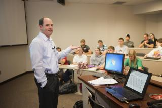 Brad Strittmatter, president of Olsson Associates, speaking to UNL engineering students