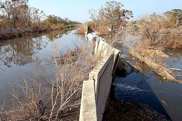 flood wallslevees essay A decade after hurricane katrina hit new orleans, experts say the flooding that caused over 1,800 deaths and billions of dollars in property damage could have been prevented had the us army corps of engineers retained an external review board to double-check its flood-wall designs dr j david .