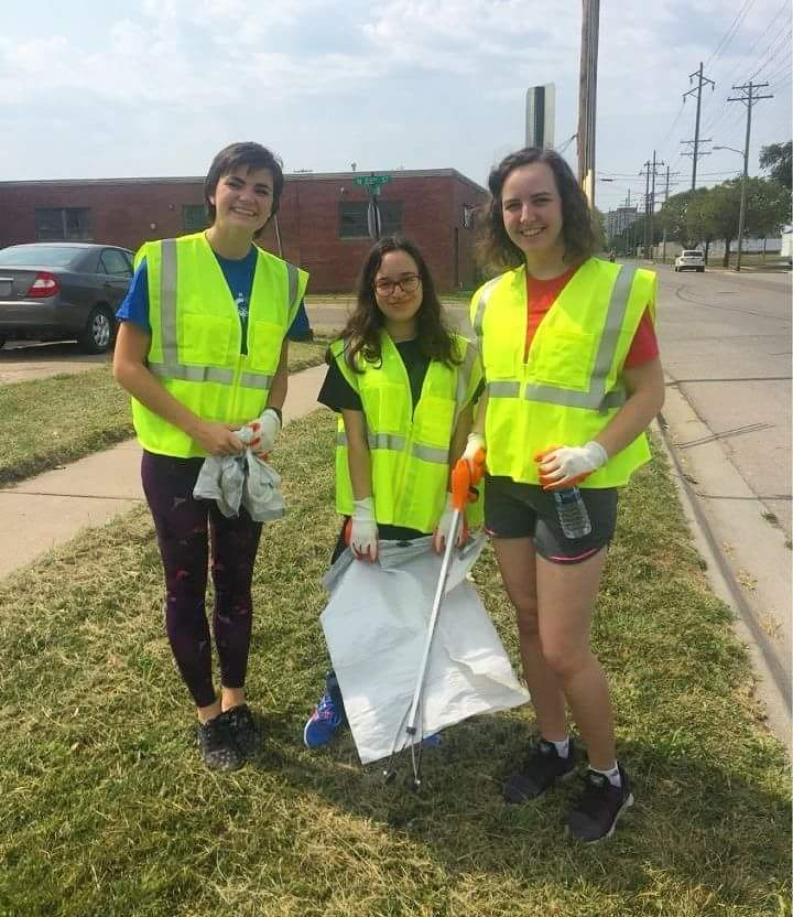 Students cleaning up the side of a road during AIChE 911 Service Day 2017